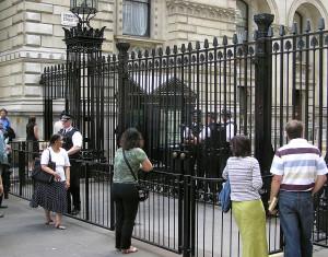 1280px-Downing.street.gates.london.arp