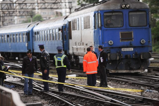 Un-tren-a-lovit-o-masina-cauzand-decesul-soferului