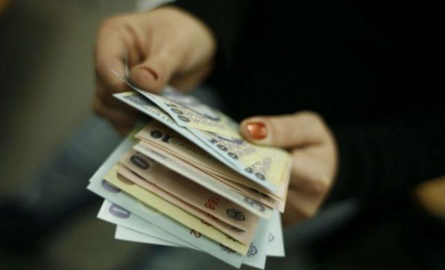 bani  - femeie numara bani