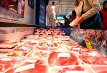 Percheziţii în cazul unei grupări care ar fi livrat în magazine produse din CARNE ALTERATĂ. Angajaţi de la Direcţia Vămilor şi Protecţia Consumatorilor, printre persoanele vizate în anchetă