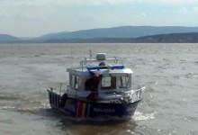 Operațiune de salvare pe Dunăre, după ce trei pescari au rămas blocați în mijlocul apelor învolburate VIDEO