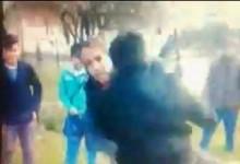 Doi copii filmați de colegi în timp ce se băteau cu pumnii și picioarele, chiar în fața poliției VIDEO