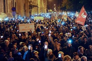 Cel mai mare miting din Ungaria, din 2010 până acum: 100.000 de oameni au protestat faţă de taxa pe Internet