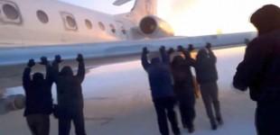 Pasageri ruşi, nevoiţi să împingă un avion al cărui tren de aterizare îngheţase
