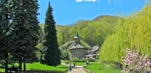 Mănăstirea Prislop, locul unde credincioșii merg pentru a căuta o MINUNE. Ce legende se ascund în spatele marelui duhovnic Arsenie Boca