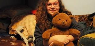 """DRAMĂ Anamaria, eleva cu chip de înger care a primit un diagnostic NECRUȚĂTOR, dar luptă pentru o viață normală cu toate puterile. Care este povestea ei și a """"prietenului de pluș"""" FOTO"""