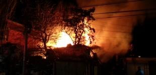 Imagini SPECTACULOASE de la incendiul care a cuprins casa plină cu tone de gunoaie. Vezi ce spun pompierii