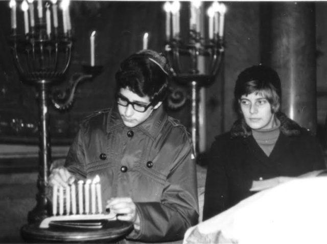 Sărbătoarea Chanukkah – Rene aprinzând lumânările (1971)