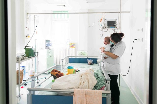 Robert si mama lui in camera sterila 1