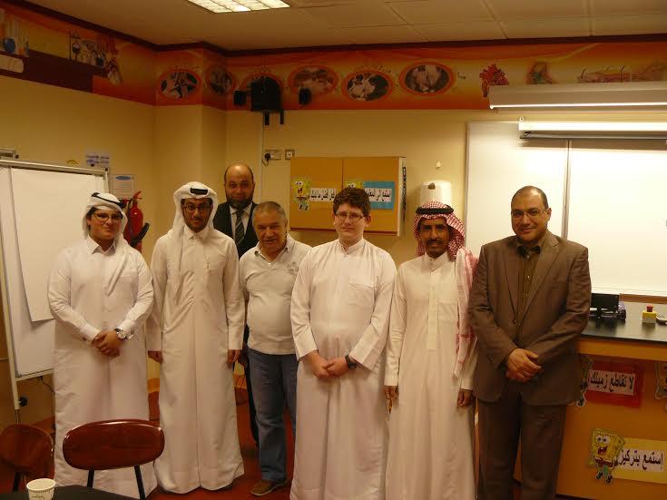 Profesorul Golcea (în centru) alături de echipa din Qatar