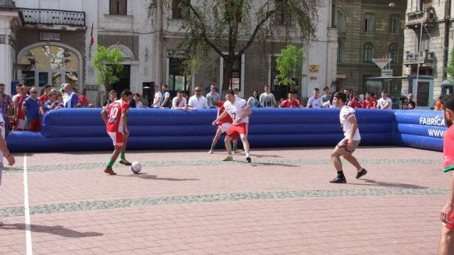 fotbal de stradă în Piața Libertății