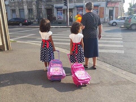 prima-zi-de-scoala-copii-gemene