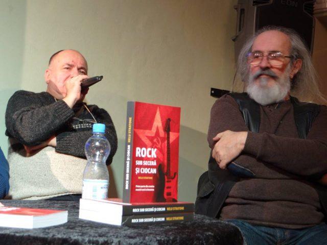 """O serie de melomani şi muzicieni timişoreni au asistat la lansarea cărţii """"Rock sub seceră şi ciocan"""""""