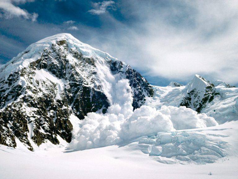 Лава со снегом стекающая с гор бесплатно