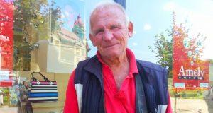 Bătrânul care stă zilnic cu cântarul în centrul Timișoarei.